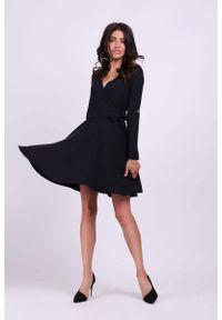 Czarna sukienka wizytowa Nommo z kopertowym dekoltem, kopertowa