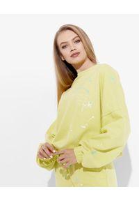 JOANNA MUZYK - Bluza dresowa Love Me. Kolor: żółty. Materiał: dresówka. Wzór: napisy, aplikacja