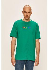 Zielony t-shirt Guess Jeans z okrągłym kołnierzem, z nadrukiem
