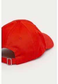 Czerwona czapka z daszkiem Lacoste z aplikacjami