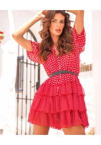 MOTIVE&MORE - Czerwona sukienka Bon Bon. Kolor: czerwony. Materiał: wiskoza, materiał. Wzór: kropki, aplikacja. Sezon: lato, wiosna. Styl: wakacyjny. Długość: mini