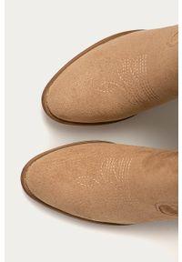ANSWEAR - Answear - Kowbojki R and B. Kolor: beżowy. Materiał: zamsz, guma, syntetyk, materiał. Szerokość cholewki: normalna. Wzór: haft. Obcas: na słupku. Wysokość obcasa: bez obcasa #5