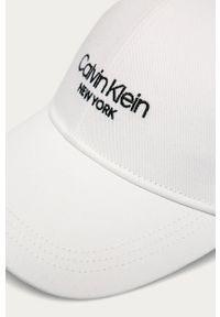 Biała czapka z daszkiem Calvin Klein z nadrukiem