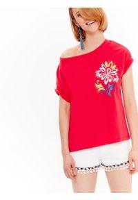 TOP SECRET - T-shirt krótki rękaw damski z nadrukiem. Okazja: na co dzień. Kolor: czerwony. Materiał: bawełna. Długość rękawa: krótki rękaw. Długość: krótkie. Wzór: nadruk. Sezon: wiosna, lato. Styl: wakacyjny, casual