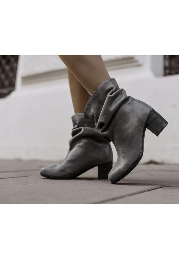 Szare botki Zapato bez zapięcia, z okrągłym noskiem