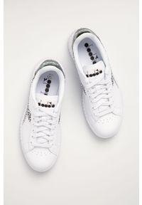 Białe sneakersy Diadora na sznurówki, na niskim obcasie, z cholewką