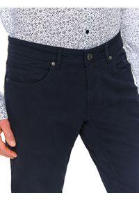 TOP SECRET - Spodnie ze strukturalnej tkaniny dopasowane. Okazja: na co dzień. Kolor: niebieski. Materiał: tkanina. Długość: długie. Styl: elegancki, casual