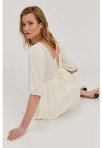 Vero Moda - Sukienka. Kolor: beżowy. Materiał: tkanina. Długość rękawa: krótki rękaw. Wzór: gładki. Typ sukienki: rozkloszowane