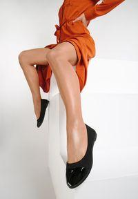 Renee - Czarne Balerinki Ashypso. Nosek buta: okrągły. Zapięcie: bez zapięcia. Kolor: czarny. Materiał: lakier. Szerokość cholewki: normalna. Obcas: na płaskiej podeszwie. Styl: klasyczny