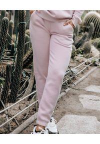 SUSAN SWIMWEAR - Różowe spodnie dresowe. Kolor: różowy, wielokolorowy, fioletowy. Materiał: dresówka. Wzór: haft