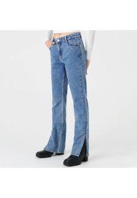 Sinsay - Jeansy straight mid waist - Niebieski. Kolor: niebieski