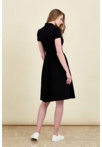 Marie Zélie - Sukienka Polo marszczona czarna krótki rękaw. Okazja: na co dzień, do pracy. Typ kołnierza: polo. Kolor: czarny. Materiał: materiał, dzianina, bawełna. Długość rękawa: krótki rękaw. Typ sukienki: proste, sportowe. Styl: wakacyjny, sportowy, casual, klasyczny