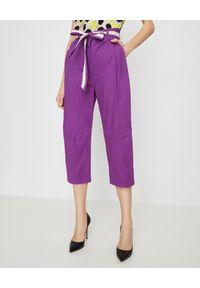 Manila Grace - MANILA GRACE - Fioletowe spodnie z paskiem. Stan: podwyższony. Kolor: różowy, wielokolorowy, fioletowy. Styl: klasyczny, elegancki