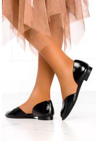 Casu - Czarne baleriny lakierowane z odkrytymi palcami polska skóra casu 07851/272/00/00/005. Nosek buta: otwarty. Kolor: czarny. Materiał: skóra, lakier