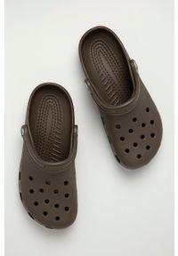 Crocs - Klapki. Kolor: brązowy. Materiał: guma