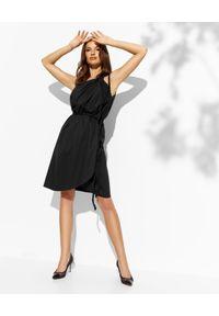 THECADESS - Czarna sukienka na jedno ramie Mina. Kolor: czarny. Długość: mini