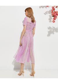 SELF PORTRAIT - Liliowa sukienka midi. Okazja: na wesele, na ślub cywilny. Kolor: różowy, wielokolorowy, fioletowy. Materiał: koronka. Wzór: ażurowy, koronka, geometria. Typ sukienki: rozkloszowane, dopasowane. Styl: klasyczny. Długość: midi #4