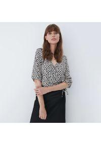 Mohito - Kopertowa bluzka - Kremowy. Kolor: kremowy