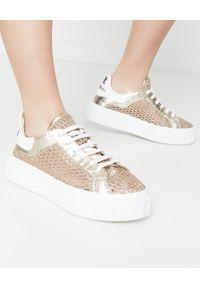 Casadei - CASADEI - Złote sneakersy Netweb Oro. Kolor: biały. Materiał: guma. Wzór: napisy