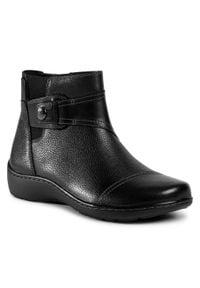 Clarks - Botki CLARKS - Cora Tropic 261549934 Black Leather. Kolor: czarny. Materiał: skóra. Wzór: aplikacja. Obcas: na obcasie. Wysokość obcasa: średni