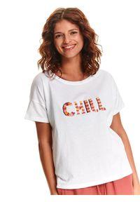 TOP SECRET - T-shirt w napisem z frędzli. Kolor: biały. Materiał: bawełna, tkanina. Długość rękawa: krótki rękaw. Długość: krótkie. Wzór: napisy. Sezon: lato, wiosna