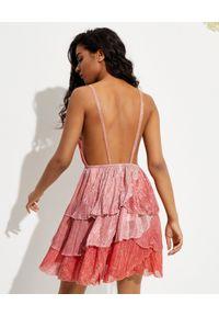 CHIO - Błyszcząca sukienka z falbanami. Kolor: czerwony. Materiał: materiał. Długość rękawa: na ramiączkach. Typ sukienki: asymetryczne