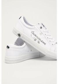 Białe tenisówki Calvin Klein Jeans na sznurówki, z cholewką, na średnim obcasie, na obcasie