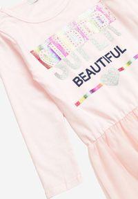 Born2be - Jasnoróżowa Sukienka Nixona. Okazja: na co dzień. Kolor: różowy. Materiał: tiul. Długość rękawa: długi rękaw. Wzór: napisy, nadruk, aplikacja, kolorowy. Styl: klasyczny, casual #3
