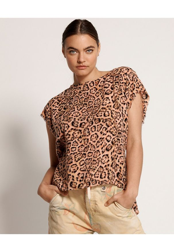 ONETEASPOON - Koralowa koszulka w cętki. Okazja: na co dzień. Kolor: pomarańczowy. Materiał: jeans, wiskoza. Długość: długie. Wzór: motyw zwierzęcy, aplikacja. Styl: casual