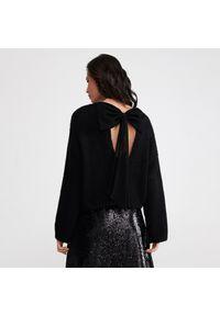 Czarny sweter Reserved z kokardą