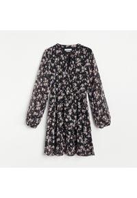 Reserved - Sukienka mini w kwiaty - Czarny. Kolor: czarny. Wzór: kwiaty. Długość: mini