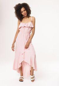 Born2be - Jasnoróżowa Sukienka Yearly. Okazja: na plażę. Typ kołnierza: dekolt hiszpanka. Kolor: różowy. Materiał: wiskoza. Długość rękawa: na ramiączkach. Typ sukienki: asymetryczne. Długość: midi