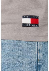 Szary t-shirt TOMMY HILFIGER z nadrukiem, z okrągłym kołnierzem, na co dzień, casualowy