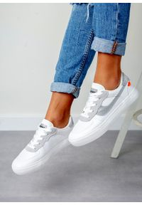Casu - białe buty sportowe sznurowane casu k298. Kolor: biały, wielokolorowy, srebrny. Materiał: skóra ekologiczna, materiał. Szerokość cholewki: normalna. Sezon: lato, wiosna. Styl: sportowy