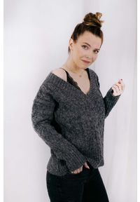 Lemoniade - Sweter w Serek Ozdobiony Warkoczem - Grafitowy. Typ kołnierza: dekolt w serek. Kolor: szary. Materiał: akryl. Wzór: aplikacja