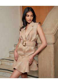 ACLER - Beżowa sukienka mini z falbaną Brookman. Kolor: beżowy. Materiał: tkanina. Typ sukienki: proste, dopasowane. Styl: elegancki. Długość: mini