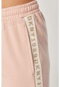 Różowa piżama DKNY z nadrukiem