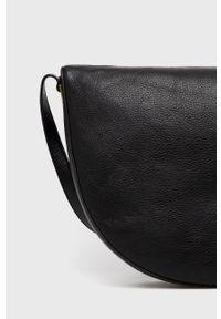 Coccinelle - Torebka skórzana. Kolor: czarny. Materiał: skórzane. Rodzaj torebki: na ramię