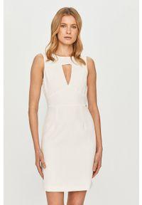 Guess - Sukienka. Okazja: na co dzień. Kolor: biały. Materiał: tkanina. Typ sukienki: proste. Styl: casual