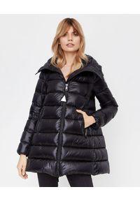 MONCLER - Czarna kurtka Suyen. Kolor: czarny. Materiał: puch, materiał