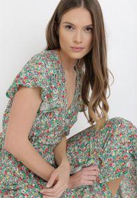 Born2be - Zielona Sukienka Mesise. Okazja: na randkę. Kolor: zielony. Długość rękawa: krótki rękaw. Wzór: kwiaty. Typ sukienki: kopertowe. Długość: midi