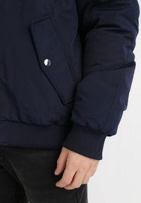 Born2be - Granatowa Kurtka Aristasius. Typ kołnierza: kaptur. Kolekcja: plus size. Kolor: niebieski. Materiał: tkanina, futro. Sezon: zima