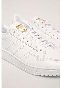 Białe buty sportowe adidas Originals z okrągłym noskiem, na obcasie, na średnim obcasie