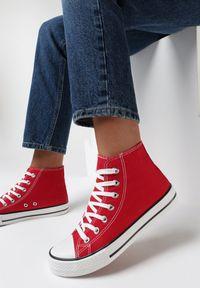 Born2be - Czerwone Trampki Nonagina. Nosek buta: okrągły. Zapięcie: sznurówki. Kolor: czerwony. Szerokość cholewki: normalna. Wzór: aplikacja. Wysokość cholewki: za kostkę. Materiał: jeans, materiał, guma. Obcas: na płaskiej podeszwie. Styl: klasyczny
