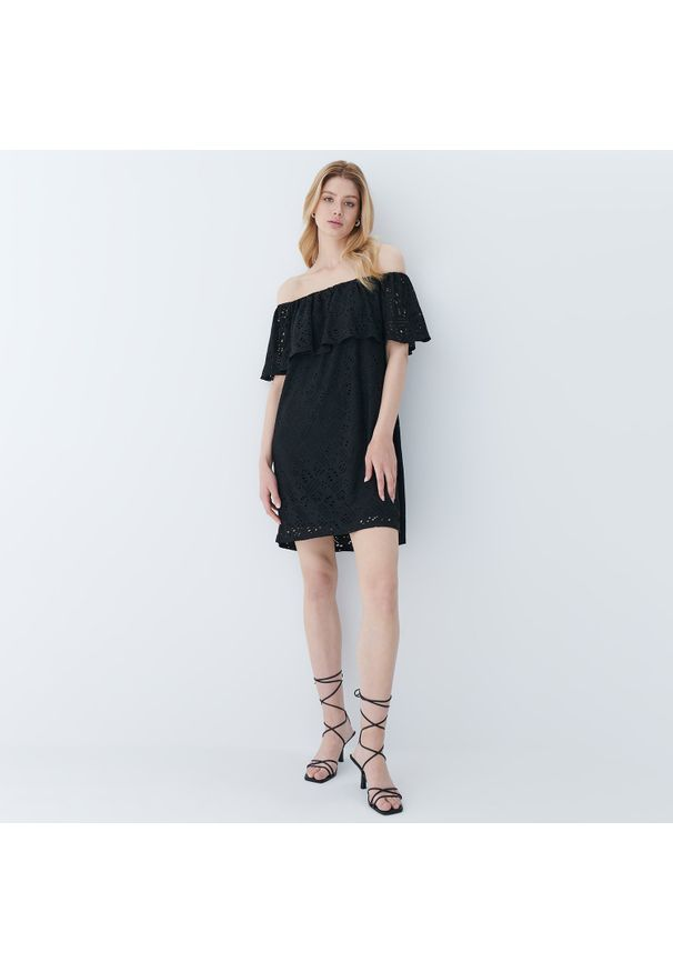 Mohito - Ażurowa sukienka hiszpanka - Czarny. Typ kołnierza: dekolt hiszpanka. Kolor: czarny. Wzór: ażurowy