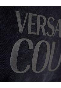 Versace Jeans Couture - VERSACE JEANS COUTURE - Granatowa bluza bez kaptura z logo. Typ kołnierza: bez kaptura. Kolor: czarny. Materiał: materiał. Długość rękawa: długi rękaw. Długość: długie #4