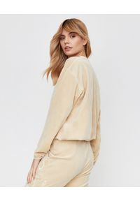 JOANNA MUZYK - Beżowa bluza z logowaniem. Kolor: beżowy. Materiał: dresówka, materiał, bawełna