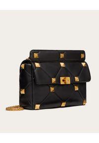 VALENTINO - Czarna torebka ze skóry Roman Stud. Kolor: czarny. Wzór: aplikacja. Materiał: skórzane. Styl: klasyczny, elegancki. Rodzaj torebki: na ramię