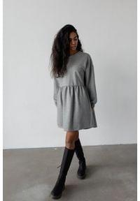 Marsala - Sukienka dresowa typu oversize z odcięciem SZARY MELANŻ - MERLO BY MARSALA. Kolor: szary. Materiał: dresówka. Długość rękawa: długi rękaw. Wzór: melanż. Sezon: jesień, zima. Typ sukienki: oversize