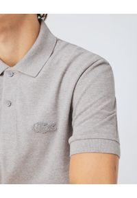 Lacoste - LACOSTE - Szary t-shirt polo ze ściągaczami Regular Fit. Okazja: do pracy. Typ kołnierza: polo. Kolor: szary. Materiał: bawełna, jeans. Styl: elegancki